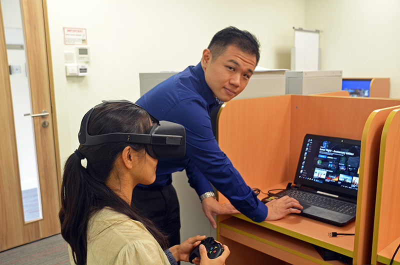 Victor demonstrating his VR research procedure with his research advisor, Dr McConnell
