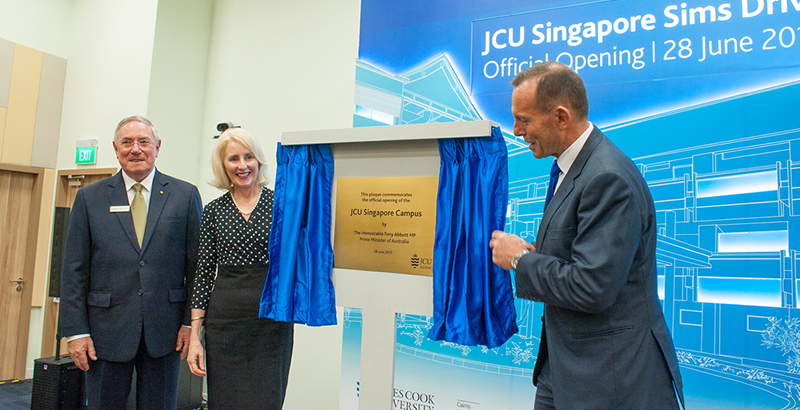 PM Tony Abbott unveils plaque with Chancellor and Vice-Chancellor